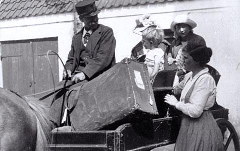 Sommergæster ankommer med hestevogn til Villa Olsbæk i 1918.