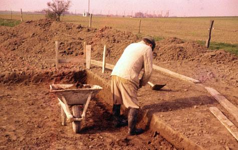 Runevej 24 i Tune. Laurits, ansat hos murermester Holger Rasmussen, er igang med at grave ud til fundamentet. Set mod syd-vest.