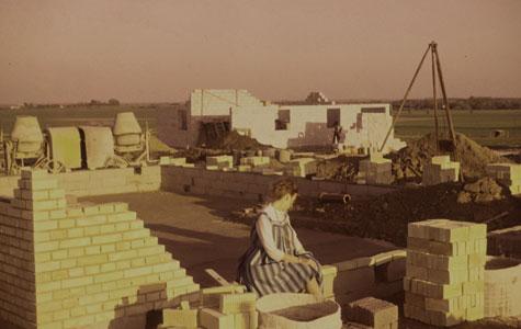 Her ses Else Broager i forgrunden til det skal blive hendes sin families nye hjem.