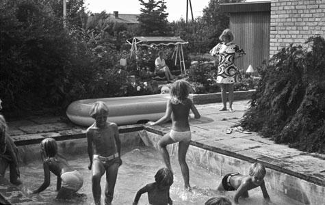 """Haven kunne også rumme et soppebassin! Peder Broager i Tune gravede et stort hul i haven, lagde fliser og pressening ned i, og kom vand i bassinet. """"Grovfilteret var et stykke tagnedløbsrør med en gummiprop i hver ende og tre køkkenrensesvampe. Det virkede fremragende."""" Børnene var naturligvis ellevilde med at pjaske rundt i det lavvandede bassin."""