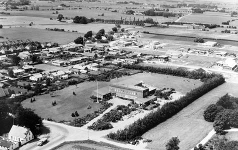 Luftfoto af Håndværkerbyen i 1967. Greve-Kildebrønde rådhus. I dag medborgerhus. I baggrunden ses udstykningerne til Håndværkerbyen.