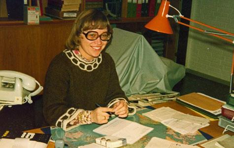 Mange af hustruerne arbejdede på deres mænds virksomheder som såkaldte medjælpende hustru. Kirsten Knudsen hjalp til i virksomheden foruden at hun passede hjemmet ved siden af. Her ses hun i 1976 på kontoret, hvor hun passede regnskaber og skrev breve.