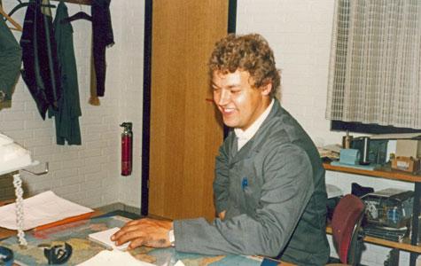 Selvom Stig Knudsen var direktør for fabrikken, sad han ikke på et fint kontor med iført jakkesæt, cigar i hånden og en privatsekretær i forkontoret. Han arbejdede selv med i fabrikshallen og var en sjælden gæst på sit ejet kontor.