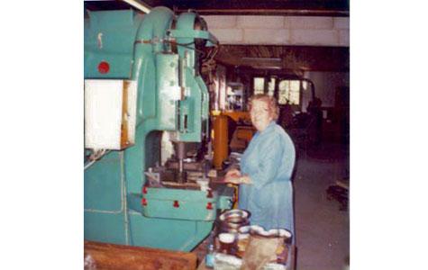 Egon Egs mor Alice ved standsemaskine. Egon og hustruen Vivi flyttede til Greve i 1959. I begyndelsen havde Egon værksted i en nedlagt svinestald på Ågården. Der var travlt i produktionen, og i midten af 1960´erne købte Egon en udstykning til den nye Håndværkerby i Greve. Først blev værkstedet bygget og siden fulgte et enfamiliehus til Egon, Vivi og sønnen Henrik. Næsten alle ansatte var enten i familie med Egon eller hans kone. Hun stod for husholdning, børnepasning og forefaldende arbejde på værkstedet.
