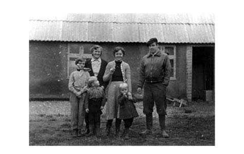 Familien Weinreich boede på Hundige Bygade 15 (tidligere Hundige gl. skole), hvor de havde både bolig og smedeværksted fra 1954-72. I 1972 flyttede familien og fik hus og værksted i Håndværkerbyen, Håndværkervænget 1.