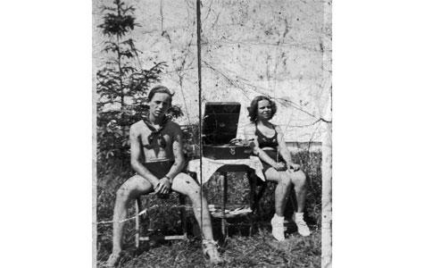 """Bag på dette fotografi fra 1930'erne er skrevet """"Henning - Inger""""."""