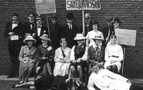 Sidste skoledag på Greve-Kildebrønde Centralskole i 1964, hvor 3. Real-klasse er klædt ud som hhv. forældreforening, skolekommission og sundhedskommission.