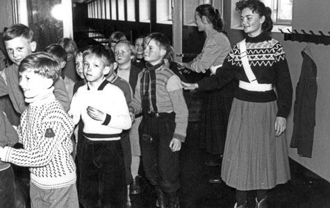 Skolepatrulje passerer ved Greve-Kildebrønde Centralskole engang i 1950'erne.