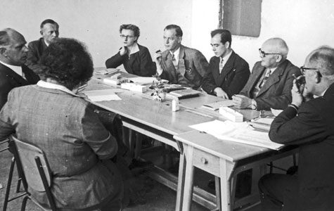 Der blev i alt ansat 11 lærere på den nye centralskole i Greve-Kildebrønde Kommune. På billedet ses 9 af lærerne. De er forsamlede i det meget primitive lærerværelse på den knapt færdigbyggede skole.