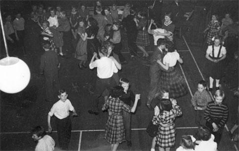 """Elever fra Greve-Kildebrønde Centralskole til bal i forsamlingshuset """"Godthåb"""" engang i 1950'erne."""