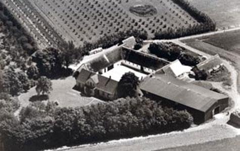 Eriksmindegård med lade, have og tilbygninger. Øverst i billedet en plantage. Det var jorden fra gården, som Eriksmindekvarteret senere blev bygget på.