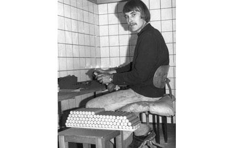 Fyrværker arbejder i det såkaldte laderum for sortkrudt ca. 1979.