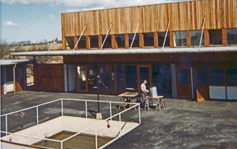 Medarbejder i sving i gården foran samlehallen. 1967.