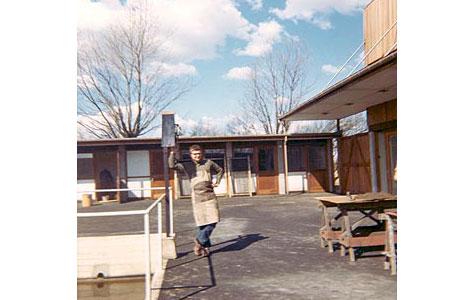 """Gården i fyrværkerifabrikken i 1967. I baggrunden ses """"damernes rum"""", til højre samlehal."""