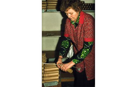 """Medarbejder i færd med at 'strangulere' (indsnøre paphylstre) i """"Damernes rum"""" i 1980."""