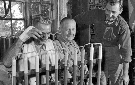 Fyrværkerfaget er ikke noget, man kan læse sig til eller lære på skoler. Det er et håndværk, der overleveres fra generation til generation, og Hoffmann/Barfod-slægten har været fyrværkere i de sidste syv generationer. Her er to generationer samlet. I midten sidder Ældste generation kunstfyrværker i Tivoli, Adolph Hoffmann (1879-1962), søn af Francois Hoffmann. Til venstre sidder næste generation Otto Barfod (1910-1972), som var smed og kunstfyrværker I Tivoli. Til højre sidder fyrværkerimester Palle Hoffmann Barfod.
