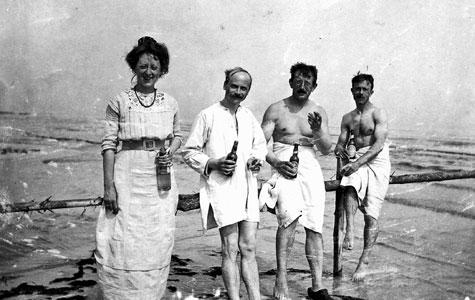 Her nydes livet ved Karlslunde Strand ca 1920.