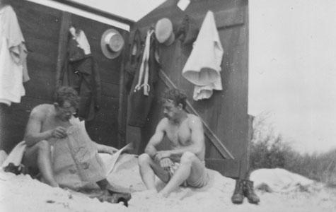 I begyndelsen af 1900-tallet var det meget brugt at strandgæsterne havde en lille kabine ved stranden. Her ses to sommergæster, sikkert fra København, der i sommeren 1913 slapper af i en sådan kabine .