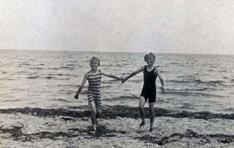 Børn fra et af sommerhusene ved Karlslunde Strand 1918.