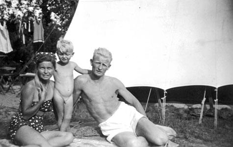 Mange familier var såkaldte fastliggere ved strandene. Her er det familien Jørgensen der sidder foran deres telt i Hundigelejren i 1941. Familien fik senere et større telt der målte 14x5 m