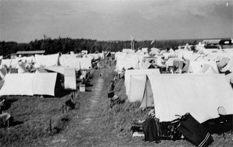 Tomteli teltlejr, sti omgivet af telte, ca 1938. Er det Roskilde festival? Nej, det var en teltlejre i Greve i 1938.