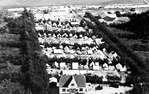 Dette luftfoto fra 1936 viser Andelslejrselskabet Hundie Strand. Det blev oprettet, da man gik fra at leje parcellerne til at man købte en andel. Skiftede i 1944 navn til Andelsselskabet Strandhusene i forbindelse med at parcellerne efterhånden var blevet bebygget med små huse.