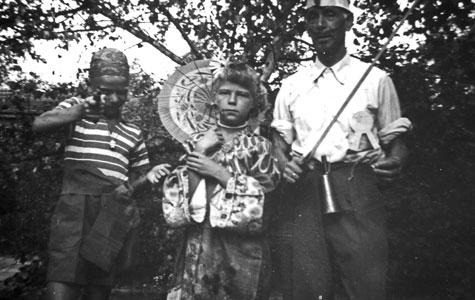 Sommeren ved Strandhusene var med mange festligheder. Her er det børn og voksne, der engang i 1930'erne deltager i Skt. Hansoptog.