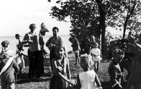 Dans og levende musik ved børnefest i Strandhusene.