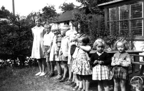 """Hos """"lakridsmanden"""" blev der i sommerhavlåret hver søndag kl. 10 uddelt et styk lakrids til hvert barn. Børnene stillede pænt op på række. Lakridsmanden hed i virkeligheden Sven Holmer og til daglig købmand på Nørrebro i København."""