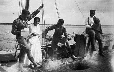 Klar til at gå i land. Sabel-Jørgensen, Frk. Norup, Ego og M.Petersen på Roskilde Fjord, sommer 1917.