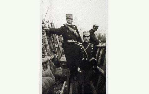 Tre soldater i en skyttegrav unde Tuneøvelserne i maj 1918.