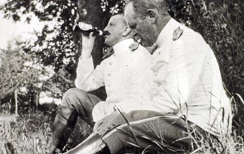 Et par officerer drikker øl. Der var del klager over soldater, der blev fulde og lavede ballade, men de fleste nøjedes med at drikke mælk.