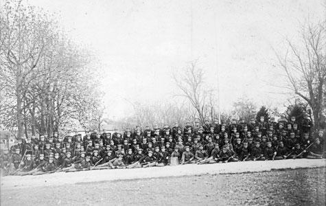 Her ses nogle af de mange soldater, der var indkvarteret på Endelgave.
