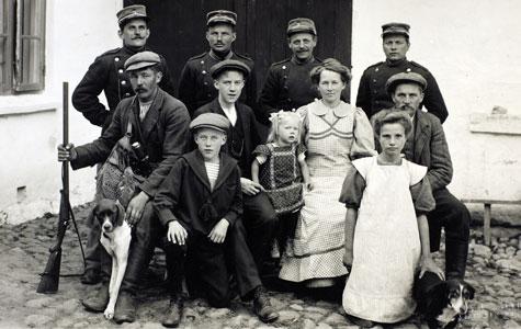 Mange af soldaterne blev indkvarteret hos bønder i nabolaget. Her er et billede af soldater og civile borgere på en gårdsplads.