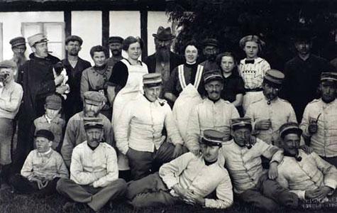 Soldater på besøg på en af gårdene på Greve-egnen.