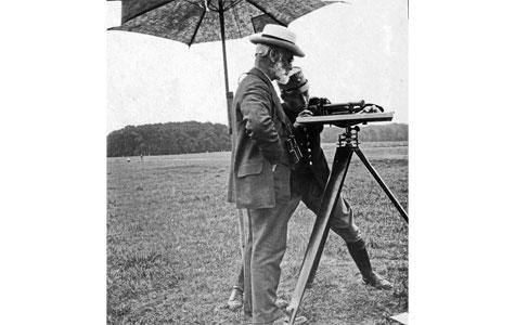 Der skulle fortages nøjagtige målinger til anlæggelsen af befæstningsværkerne. Her ses opmålingerne på Eremitagesletten sommeren 1917.