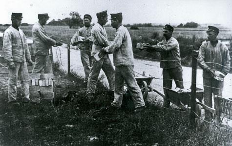 Soldaterne skulle ikke kun træne krig, de lavede også almindeligt arbejde, som her, hvor de i arbejdstøj samler mursten i 1917.