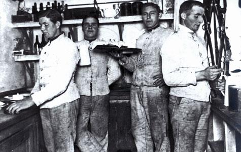 Situation fra lejrkøkkenet i Mosede Batteri i 1917, hvor 4 messemænd er parate til at opvarte officeresmessen.