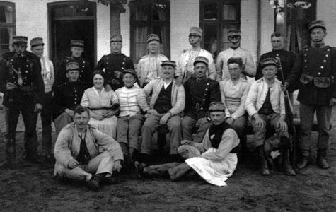 Når soldaterne var indkvarteret på en lokal gård opstod der ofte venskaber mellem soldaterne og gårdens beboere. Her ses soldater og beboere på Lykkesdal.