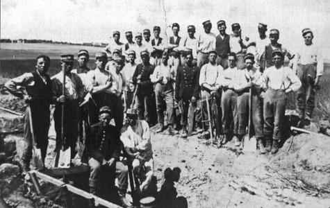 Soldater fra 28. Battalion, 4. Kompagni, på gravearbejde.