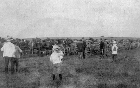 Her er det Sikringstyrken, artilleriet, 5. artilleriafdeling, Kvamløse 1914. Som man kan se, begivenheden tiltrukket har sommerklædte civile.