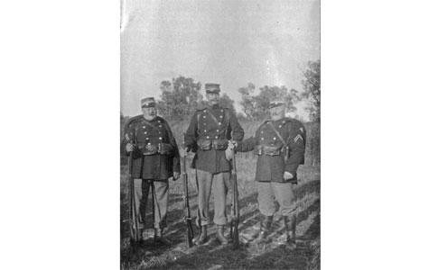 Der kunne være stor aldersforskel på de indkaldte soldater, som dette fotografi af tre soldater i fuld oppakning tydeligt viser.