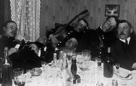 Disse soldater, der var indkvarteret hos købmand Hansen og hustru i Vigerslev, slapper af efter en god middag.