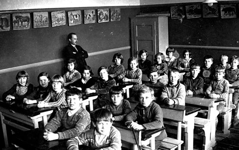 Lærer og elever i klasselokalet i Mosede Gl. Skole ca 1930.