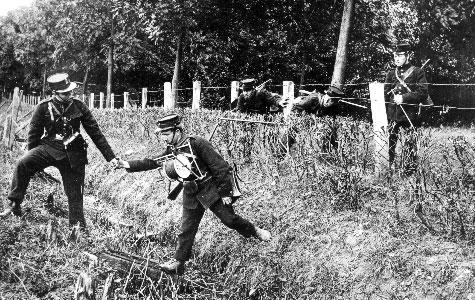 Soldater på øvelse forcerer et pigtrådshegn.