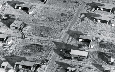 På luftfotografiet kan man se nogle af de typehuse, der blev bygget i Eriksmindekvarteret. Midten ses fx. De såkaldte Bjørnkærhuse, som var karakteriseret ved hvide vægge og sorte vinduespartier.