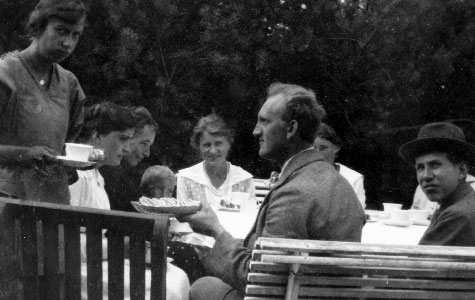 Sommergæster hos familien Bonne udenfor sommerhuset Villa Olsbæk, Greve Strand 1916. Sommerhuset blev som et af de første opført i 1912.