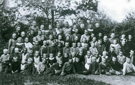 Elever og lærer Askgård fra Greve Skole fotograferet i 1885