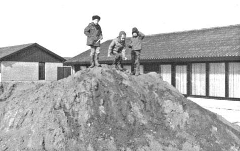 De voksne syntes at de store jordbunker udenfor vinduerne var grimme og spærrede for udsigten. Men for børnene var de perfekte til at lege på, ikke mindst om vinteren, fordi man så kunne kælke på de sneklædte jordbunker.