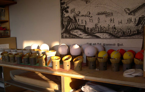 Her ses krysantemumbomber i forskellige stadier, der er halve skaller og færdige bomber.